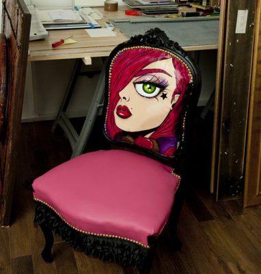 Fauteuil_Peinture_Artisanal_Rouge_Rose_Portrait_Femme_Décoration